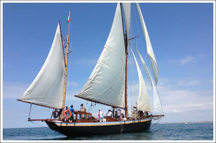 Le Lys noir est un voilier dundee français