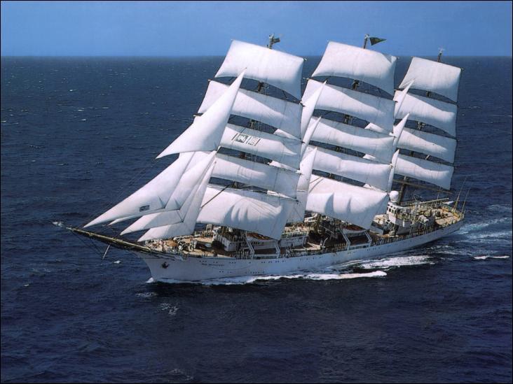 Le Dar Młodzieży est un voilier de type trois-mâts carré