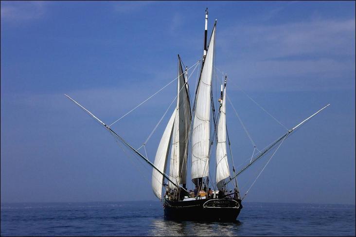 Le Corentin est un lougre, trois-mâts gréé de voiles au tiers